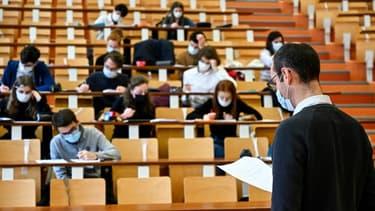 Des étudiants de l'Université de Rennes 1 (ouest de la France, portant des masques, assistent à un cours dans un auditorium le 4 février 2021