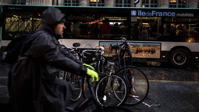 Un cycliste près de la Gare du Nord, à Paris, le 13 décembre.