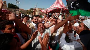 Sur l'ancienne place Verte devenue place des Martyrs, à Tripoli, les Libyens célèbrent la mort de Mouammar Kadhafi, dont les circonstances sont encore entourées de questions. Le Conseil national de transition proclamera samedi la libération du pays. /Phot
