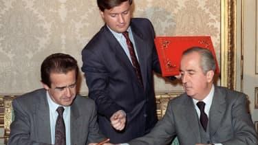 Jean-Luc Lagardère, Jean-Marie Messier et Edouard Balladur signant la privatisation de Matra en 1988