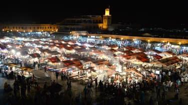 A Marrakech, les touristes se pressent sur la place  jemaa el-Fnac pour profiter de l'ambiance ou des nombreux stands de restauration.