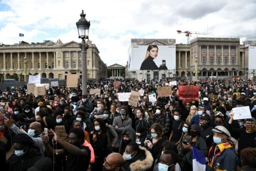 Des manifestants lors d'un rassemblement près de la place de la Concorde et de l'ambassade américaine, le 6 juin 2020 à Paris, pour dénoncer les violences policières