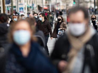 Personnes portant des masques dans les rues de Nantes le 20 février 2021