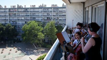Dans le 12e arrondissement, des musiciens vont prendre possession des balcons d'un immeuble pour un concert.
