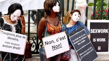 Quelques dizaines de prostitués, femmes et hommes, ont manifesté vendredi à Lyon (photo) mais aussi à Marseille, Toulouse et Limoges pour dénoncer le projet de la ministre aux Droits des femmes, Najat Vallaud-Belkacem, d'interdire la prostitution. /Photo