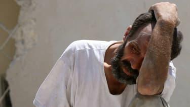 Un homme dévasté après des bombardements à Alep, le 19 juillet 2016. (photo d'illustration)