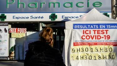 Devant une pharmacie qui pratique des tests Covid-19, au Perreux-sur-Marne, à l'est de Paris, le 18 novembre 2020