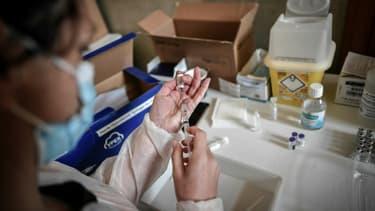 Préparation d'une dose de vaccin Pfizer/BioNTech le 29 mai 2021 dans un centre de vaccination à Versailles, près de Paris
