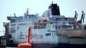 Les employés de MyFerryLink déploie le système d'évacuation des passagers à Calais le 1er juillet 2015.