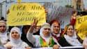 Des centaines de personnes ont scandé des slogans contre le gouvernement samedi à Diyarbakir, dans le sud-est de la Turquie, lors des funérailles d'un manifestant kurde tué la veille par les forces de sécurité. /Photo prise le 29 juin 2013/REUTERS/Umit Be