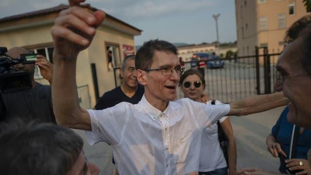 Le mathématicien turc Tuna Altinel (c) à sa libération de la prison de Balikesirl, le 30 juillet 2019 dans l'ouest de la Turquie.