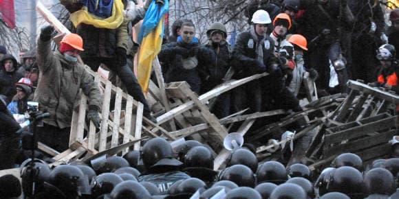 Des manifestants pro-européens défendent leur barricade place de l'Indépendance à Kiev, mercredi.