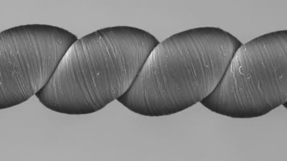 D'après les expérimentations en laboratoire, un Twistron plus léger qu'une mouche suffit à alimenter une petite ampoule LED, s'allumant à chaque étirement de la fibre.
