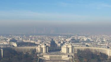 La Défense vue de la Tour Eiffel en plein pic de pollution