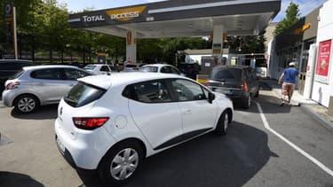 Surfant sur le risque de pénurie de carburant, les marques automobiles intensifient leur communication autour des véhicules propres (image d'illustration)