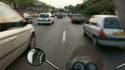 Une moto remonte des files de voitures sur le périphérique de Paris