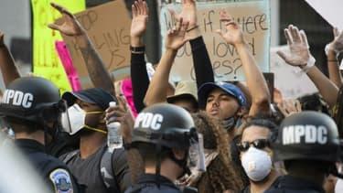 Face-à-face entre policiers et manifestants à Washington, le 31 mai 2020