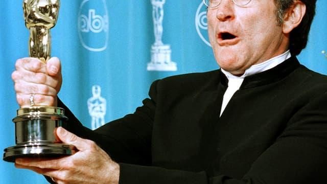 """Robin Williams brandit son oscar du meilleur interprète masculin pour son rôle dans """"Will Hunting"""", le 23 mars 1998"""