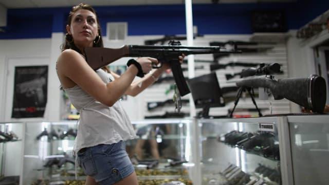 Une jeune femme cherchant à acheter une arme aux Etats-Unis.