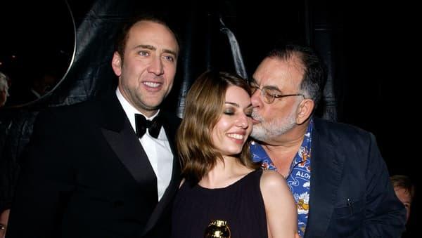 Sofia Coppola, entourée de son cousin Nicolas Cage et de son père Francis Ford Coppola à la cérémonie des Golden Globes en 2004.