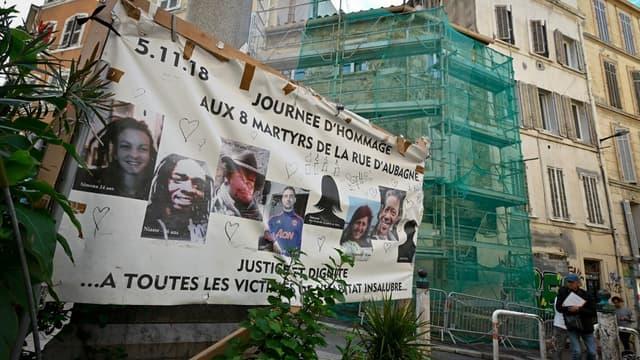 Une affiche montrant les visages des victimes de l'effondrement de la rue d'Aubagne à Marseille