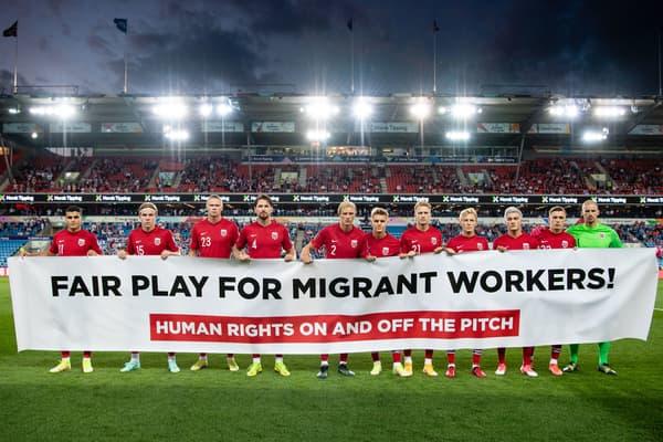Comme en mars dernier, les joueurs de la Norvège ont affiché un message appelant au respect des droits de l'homme des migrants travaillant sur les chantiers de la Coupe du monde, mercredi avant son match face aux Pays-Bas (1-1).