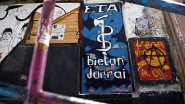 Graffiti représentant le logo de l'ETA dans le village basque de Bermeo dans le nord de l'Espagne, le 30 mars 2017 -