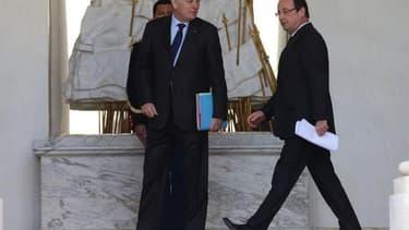 François Hollande et Jean-Marc Ayrault voient à nouveau leur cote de confiance reculer, selon le baromètre TNS Sofres-Le Figaro Magazine diffusé jeudi. Le président perd trois points à 24% et le Premier ministre deux points à 23%. /Photo prise le 27 mars