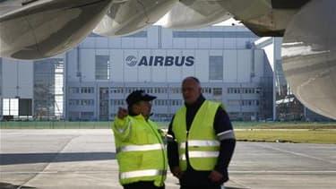 A l'issue de près de huit heures de négociations, la direction d'Airbus France a proposé mardi soir à Toulouse à l'intersyndicale une augmentation globale annuelle de salaires de 2,5% en 2010, selon une source syndicale. /Photo d'archives/REUTERS/Christia
