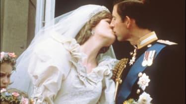 Le Prince Charles et la Princesse Diana s'embrassent lors de leur mariage, le 29 juillet 1981 à Londres