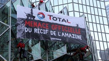 En 2017, des activistes de Greenpeace avaient déployé une banderole sur le siège de Total situé à la Défense.