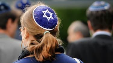 Une femme porte une kippa à Berlin