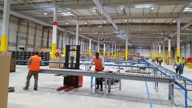 Près d'Orléans, Amazon inaugure un espace complémentaire de 13.000 mètres carrés, dédié au tri des colis avant leur expédition, adjacent à son centre de distribution de 70.000 m² existant.