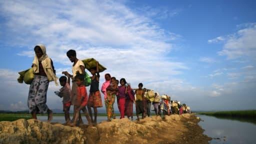 Des réfugiés rohingyas marchent vers le camp de Balukhali après avoir fui la Birmanie, le 2 novembre 2017 au Bangladesh