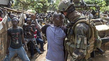 Les soldats français ont entamé lundi une délicate opération de désarmement des milices et groupes armés.