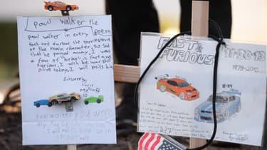 Les fans de Paul Walker ont déposé sur les lieux de l'accident des fleurs des bougies et des petites voitures.