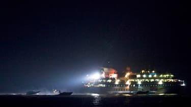 """L'un des six navires de la flotille humanitaire en mer Méditerranée. La Turquie, jugeant """"inacceptable"""" l'assaut mené par les Israéliens contre la flottille humanitaire destinée à Gaza, a annulé des manoeuvres militaires conjointes avec les forces israéli"""