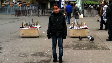 Nora, prise en photo devant la Tour Eiffel lors d'un précédent voyage.
