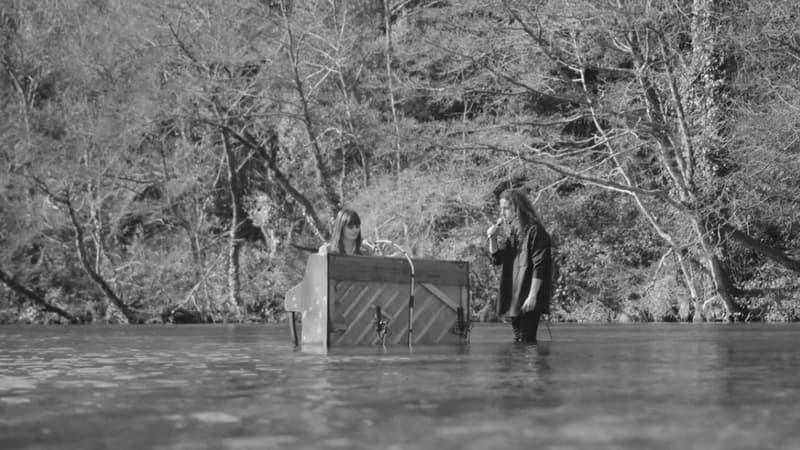 """Julien Doré et Clara Luciani les pieds dans l'eau, pour le clip de """"L'île aux lendemains"""""""