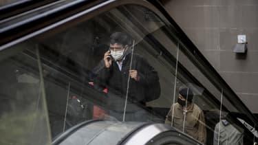 Un homme masqué dans les rues de Santiago le 6 juillet 2020.