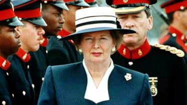 Margaret Thatcher passant en revue les troupes aux Bermudes le 12 avril 1990.