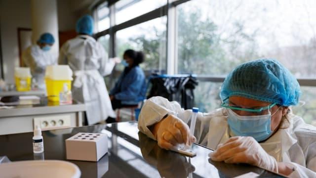 Analyse d'un test antigénique à Saint-Denis, le 21 janvier 2021