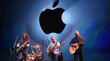 Le groupe de rock Foo Fighters jouant lors d'un concert Apple en 2012