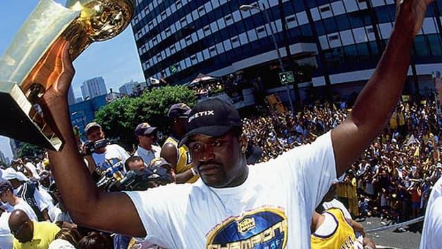 Shaquille O'Neal fête l'un de ses trois titres conquis avec les Lakers