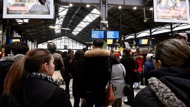 Le trafic des trains à Paris Saint-Lazare était totalement interrompu mardi 26 décembre au matin.