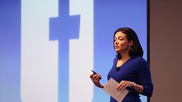 Sheryl Sandberg, directrice générale de Facebook, a justifié l'augmentation du salaire minimum chez ses fournisseurs par le fait que les femmes en seraient les premières bénéficiaires.