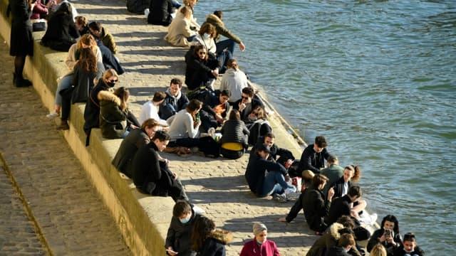 Des badauds sur les quais de Seine à Paris, le 6 mars 2021 (Photo d'illustration).
