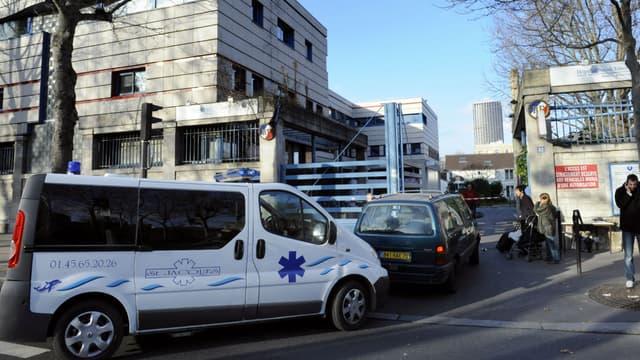Ambulance devant un hôpital parisien