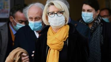 La mère d'Alexia Daval, Isabelle Fouillot (C) quitte le palais de justice de Vesoul au quatrième jour du procès de Jonathann Daval, le 19 novembre 2020