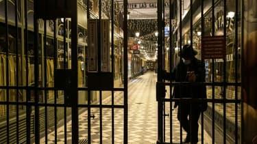 Fermeture d'un passage couvert à Paris pour le couvre-feu le 15 décembre 2020